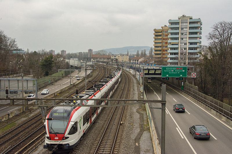 Strasse und Bahn verlaufen beim Gellert über eine längere Strecke parallel und zugleich getrennt zueinander, so auch beim Lärmschutz.