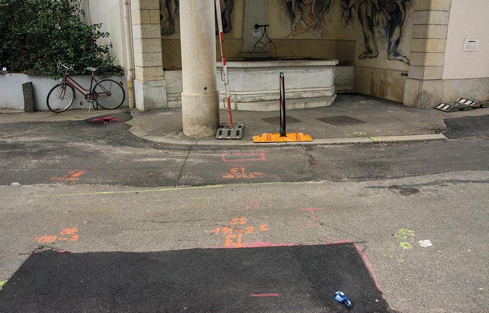Die Zeichen, die wie eine wilde Sprayerattacke oder abstrakte Kunst auf dem Teerboden ausschauen sind in Tat und Wahrheit Hinweise auf die vielen im Boden verlegten Leitungen, die demnächst freigelegt werden, um ausgewechselt oder repariert zu werden.