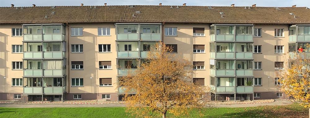 Eine Verdoppelung der bestehenden Balkonfläche sowie deren Verglasung führte die Liestaler Wahl Glas- und Metallbau aus.
