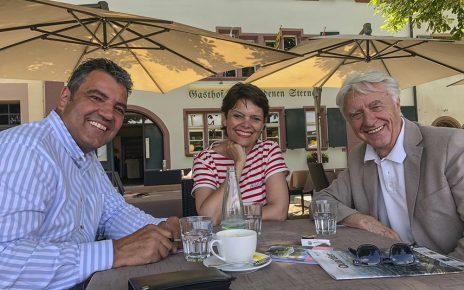 Niccel und Emil Steinberger mit Redaktor Stephan Fluri.